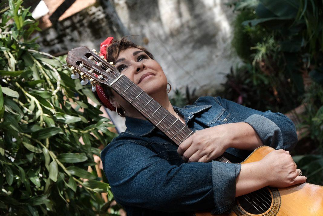 Lizza Bogado mira al horizonte con una guitarra en manos