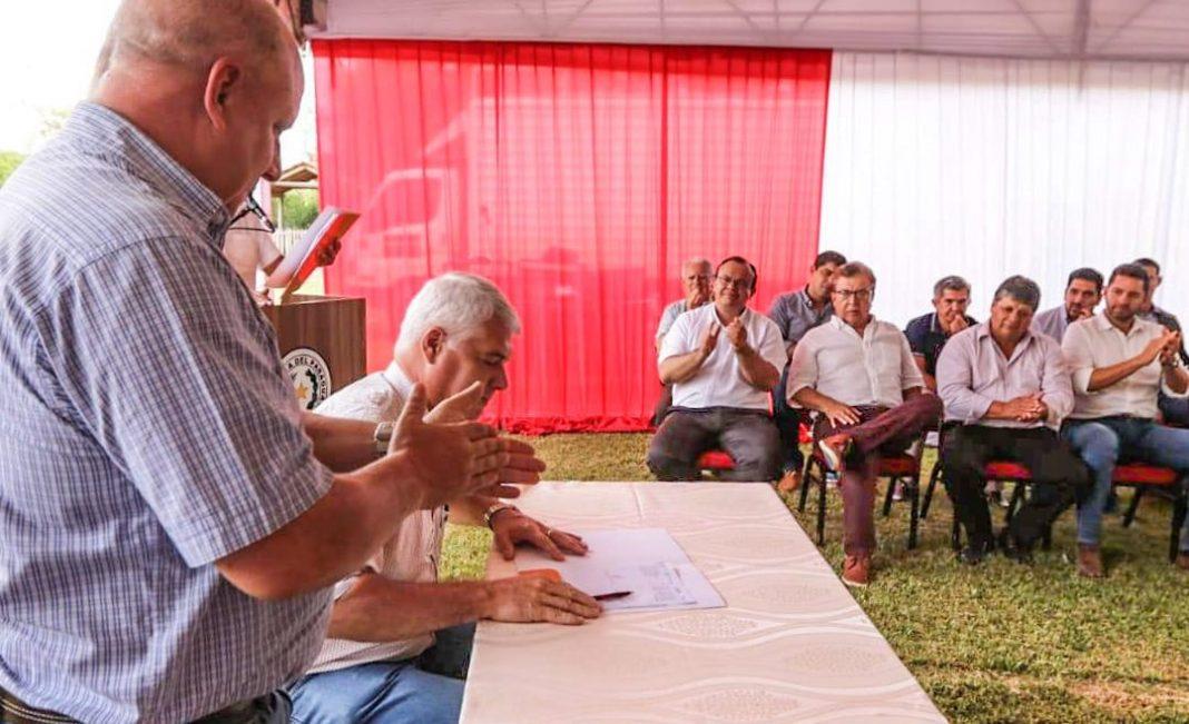 Ministro Arnoldo Wiens firma el contrato para inicio de obras en Ñeembucú